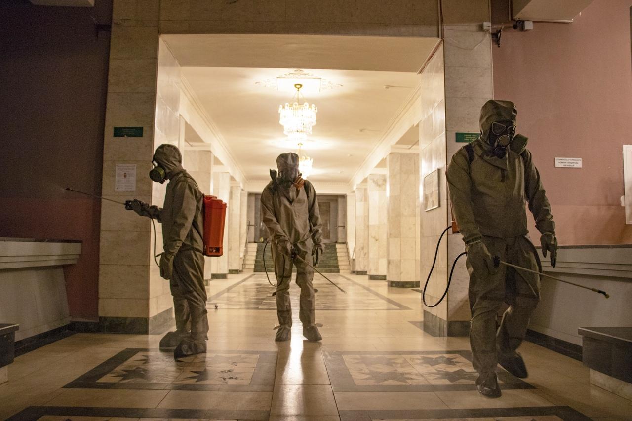 Фото дня: дезинфекторы прошли по коридорам Тверской филармонии