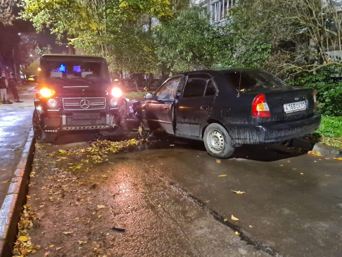 В Твери во дворе не смогли разъехаться две машины