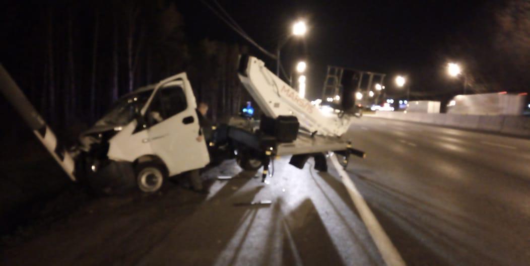 Уснувший водитель автовышки протаранил столб на трассе М-10 под Тверью