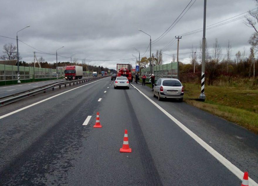 Легковушка влетела в барьер из-за невнимательности дальнобойщика в Тверской области