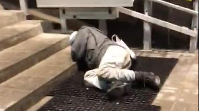 Пьяная жительница Тверской области спустила мужчину с лестницы, и он умер