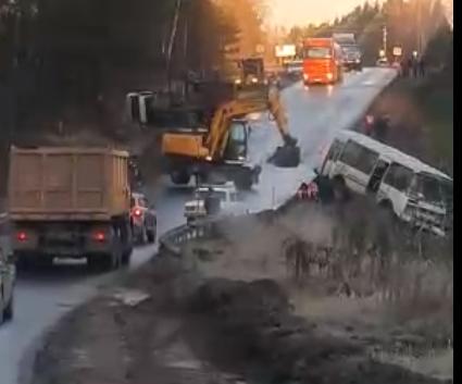В Тверской области в кювет улетели автобус и грузовик с прицепом