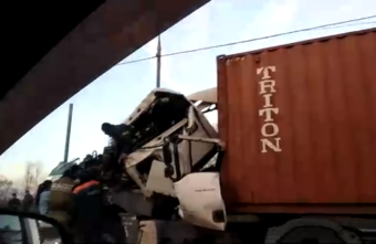 Опубликовано видео с места ДТП, в котором фура въехала в грузовик