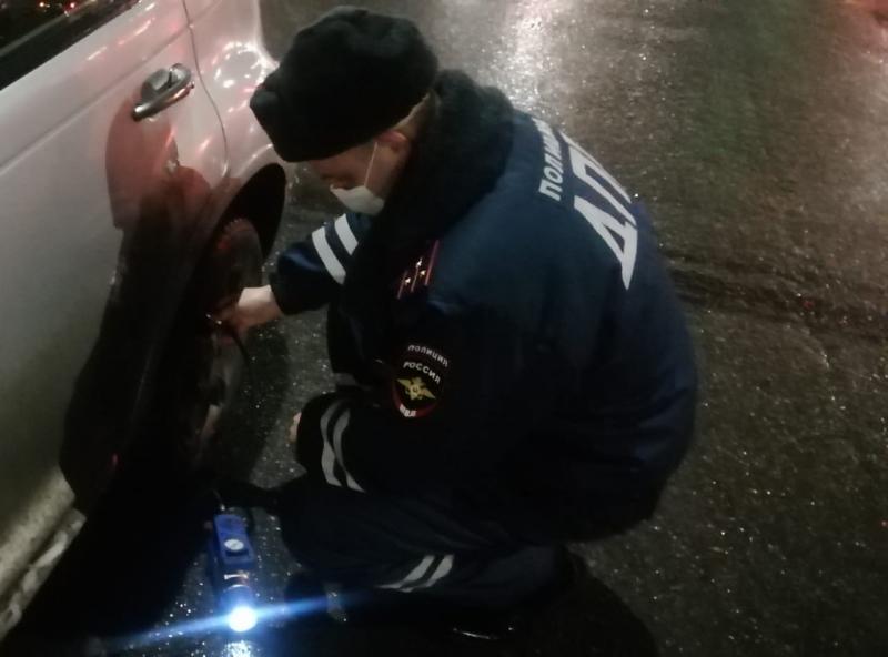 Сотрудник Госавтоинспекции помог жительнице Твери не остаться с детьми на дороге
