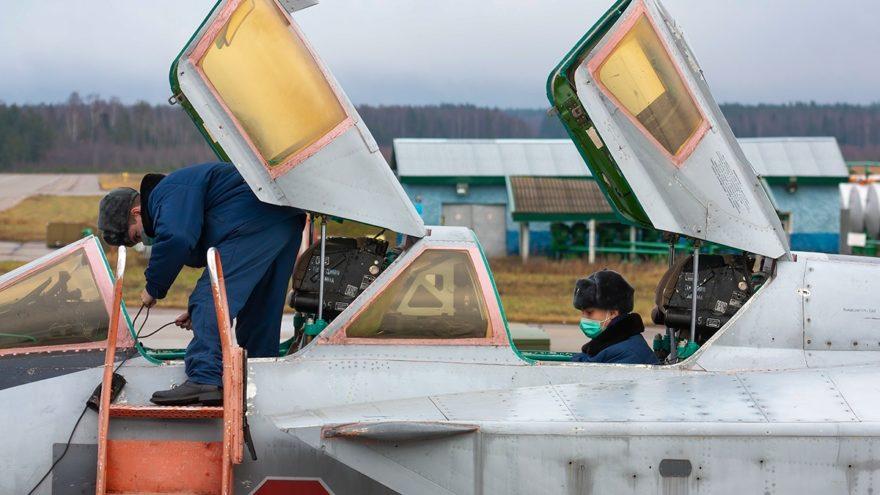В Тверской области даже в небе лётчики надевают защитные маски