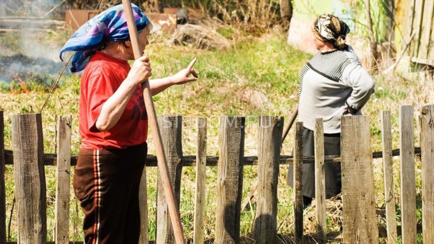Жительница Тверской области перекрыла забором проход к квартире