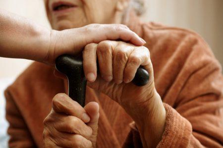 После прихода сиделки у пенсионерки из Тверской области пропала сумка с деньгами