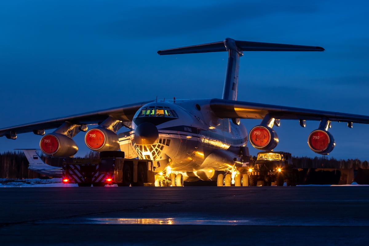 Посреди ночи в небо над Тверской областью поднялись военно-транспортные самолёты