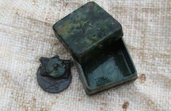 Под Андреаполем в коробке-мыльнице нашли боевую медаль