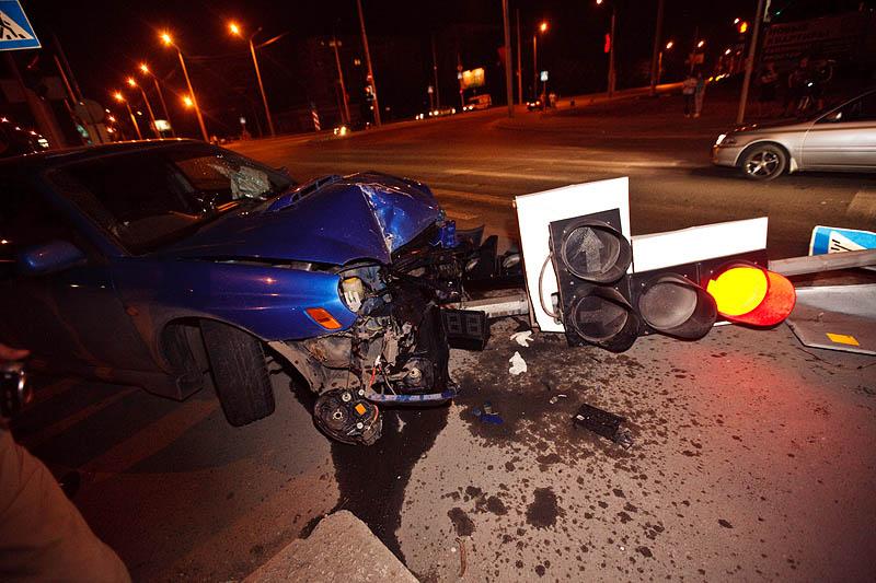 18-летний тверитянин без прав врезался в светофор, есть пострадавшие