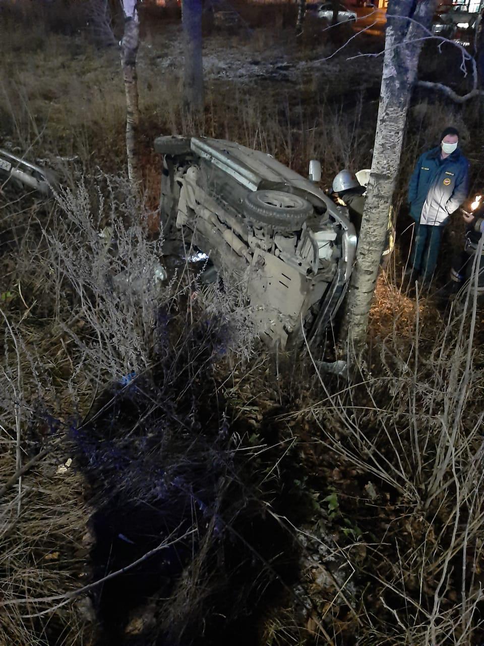 В Твери молодой водитель врезался в дерево и погиб