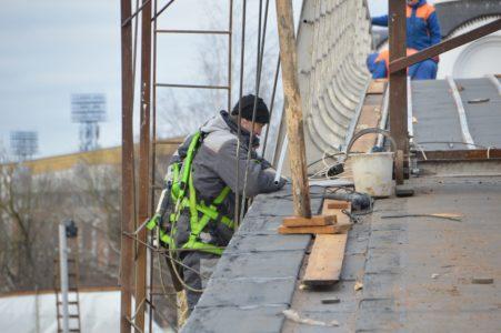 В Твери на пешеходном мосту через Тьмаку уже ставят перила