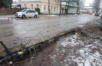Внедорожник снёс столб в Тверской области и оставил жителей без интернета