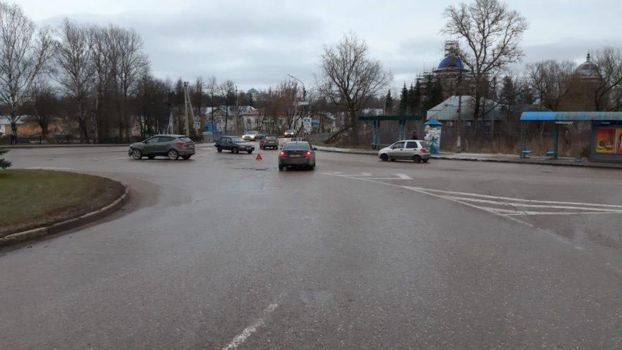 Женщина пострадала в столкновении Hyundai и ВАЗа в Тверской области