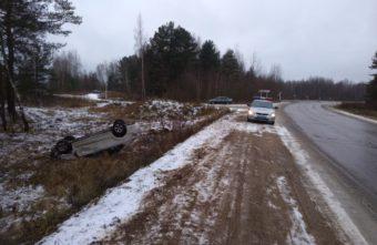 Volkswagen Polo вылетел в кювет с мокрого асфальта в Тверской области