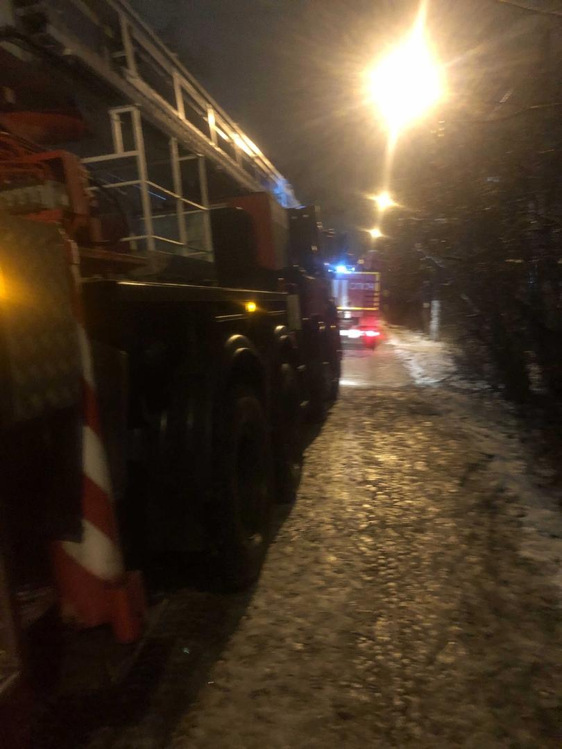 В Пролетарском районе Твери горит чердак жилого дома