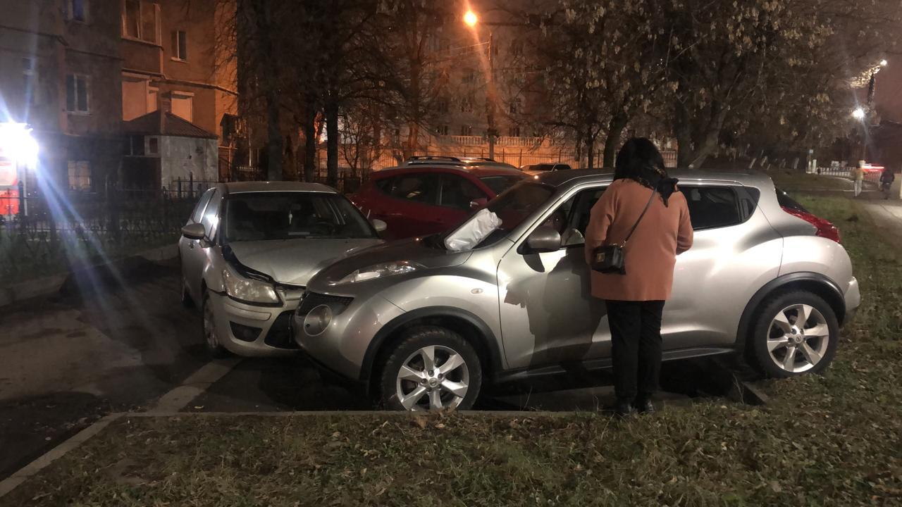 """Пьяный водитель наехал на припаркованный """"Жук"""" в Твери"""