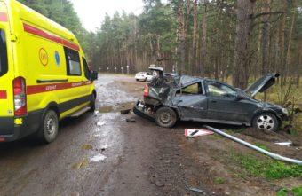 В Твери попавший в аварию «Опель» снёс дорожный знак