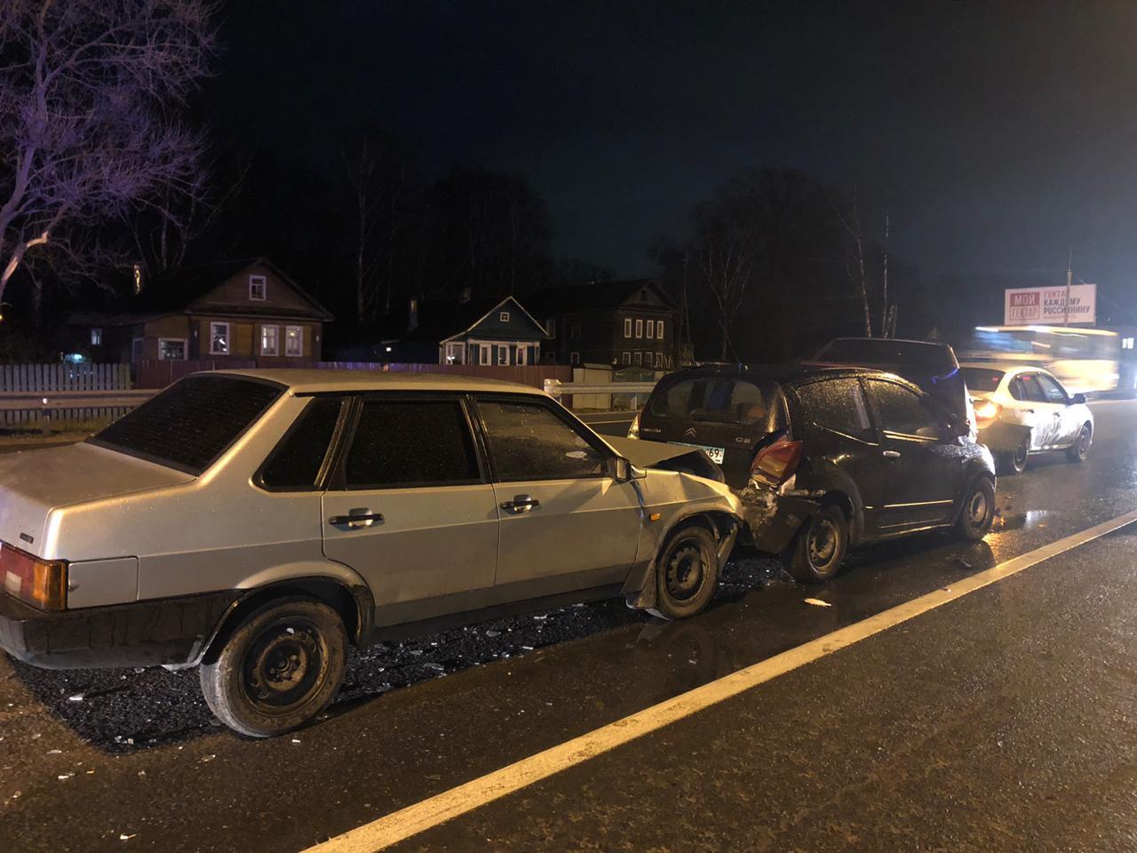 На трассе в Тверской области столкнулись четыре автомобиля