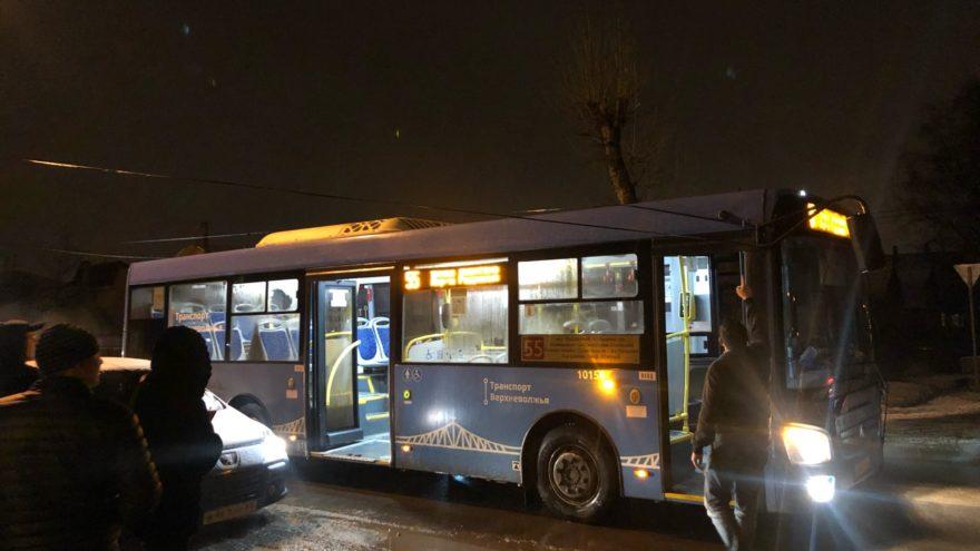 В Твери рейсовый автобус попал в ловушку проводов