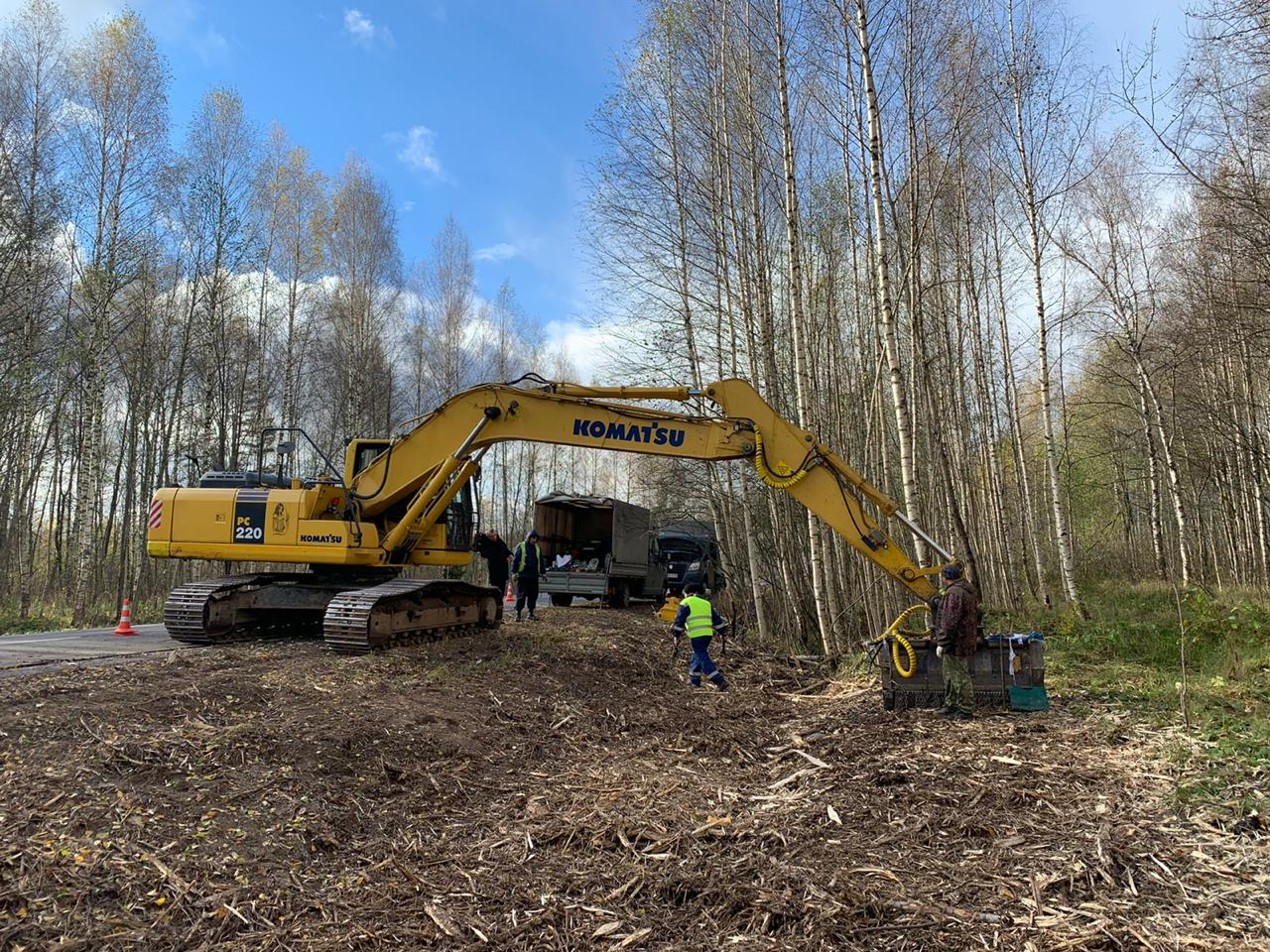 Вдоль дорог Тверской области измельчают древесину для безопасности водителей