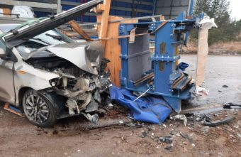 В Тверской области выпавший станок разворотил иномарку: видео