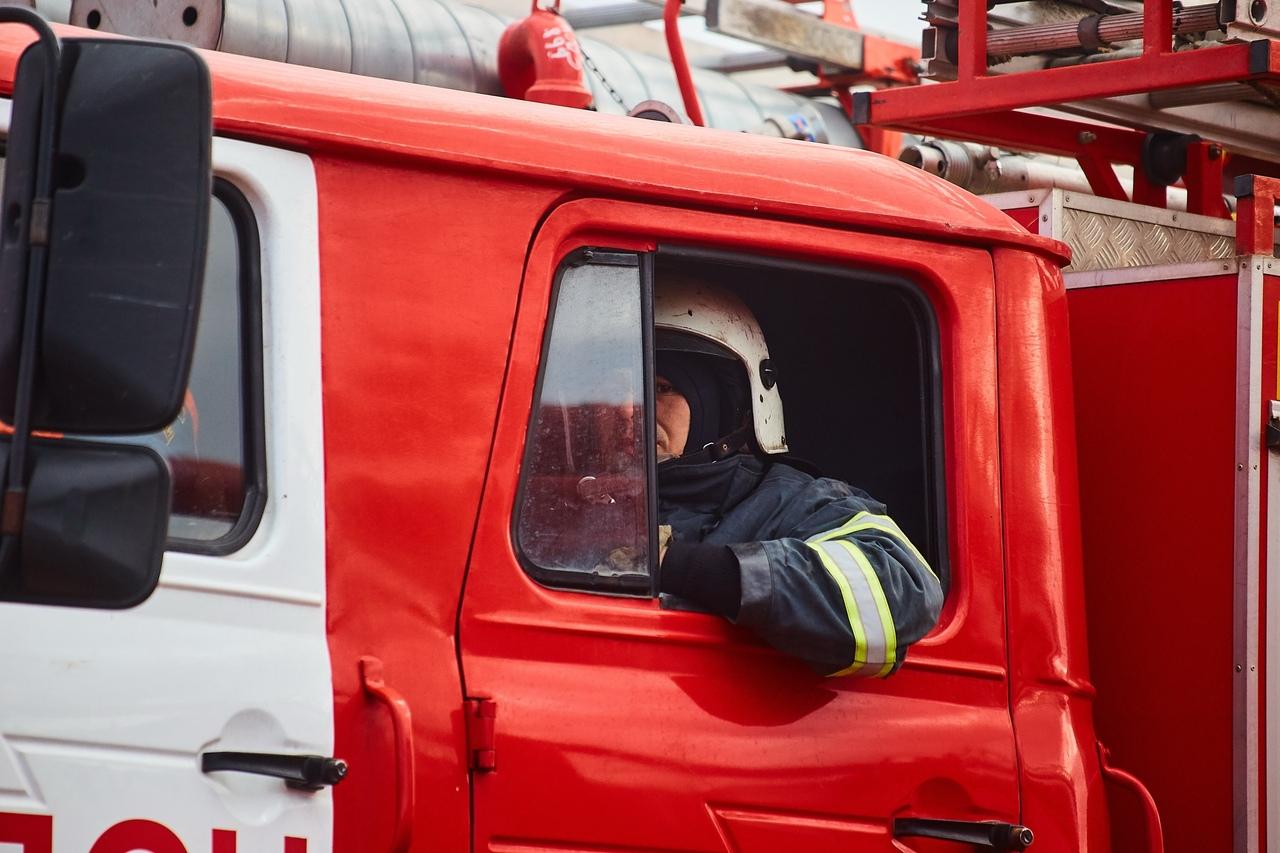 На пожар в малярном цехе прибыли отделения пожарных частей Твери