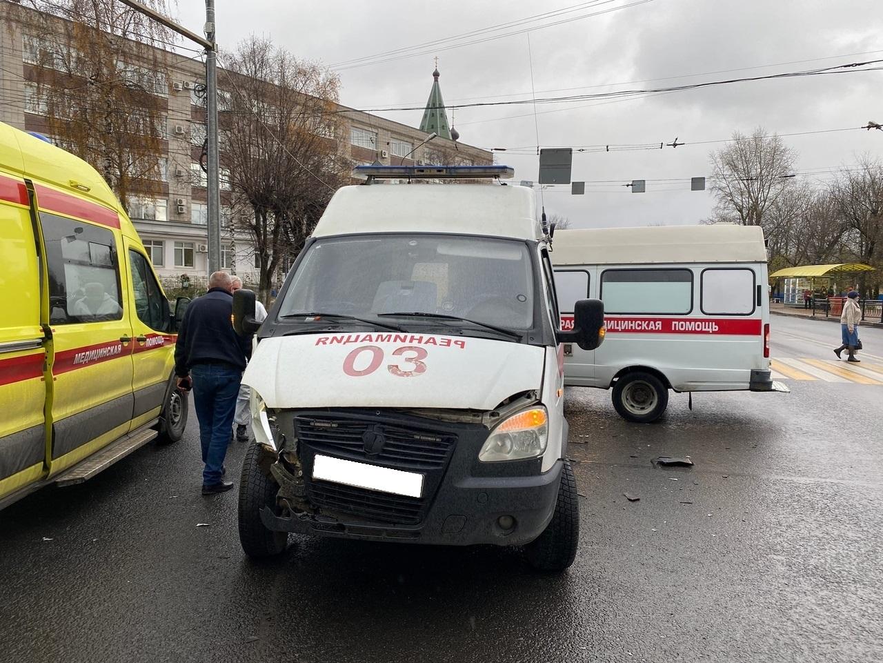 """Машина скорой помощи врезалась в """"Мазду"""" на перекрестке в Твери"""