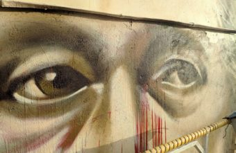 В Твери Джокер исправил портрет Солженицына, который закидали краской
