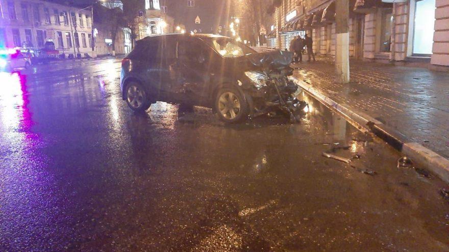 Ночью в Твери столкнулись две иномарки: пострадали трое