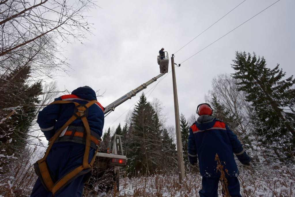 Жителям Тверской области возвращают свет после ночного снегопада