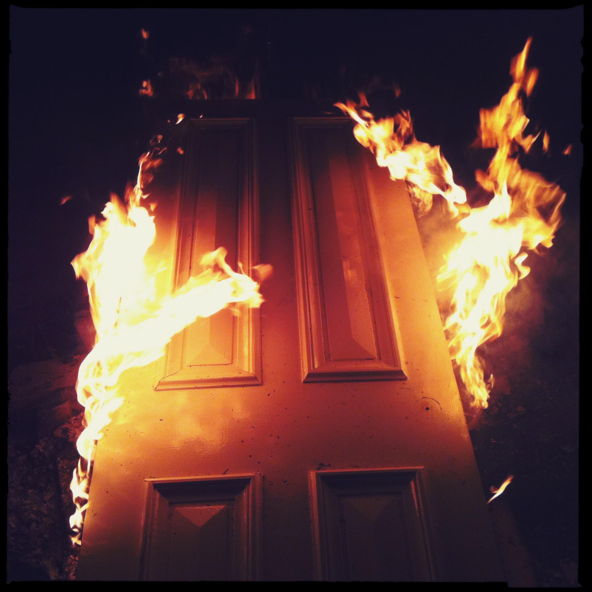 Житель Твери: квартиру я сжечь не хотел, только дверь