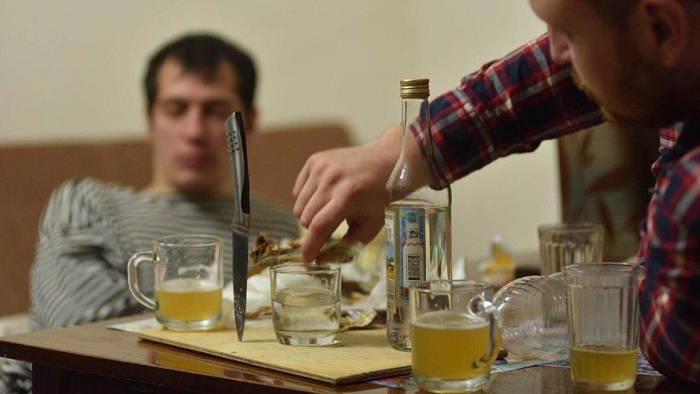 Житель Тверской области приревновал подругу к собутыльнику и хотел его зарезать