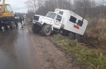 Вахтовый автобус опрокинулся в кювет в Тверской области