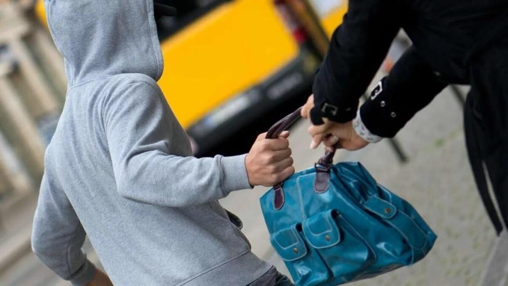 На улице неизвестный отобрал у жителя Твери рюкзак с ценными вещами