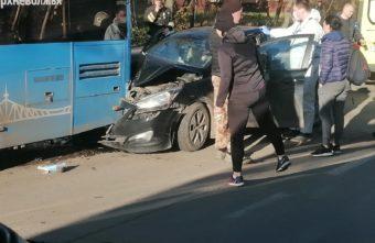 В Твери пьяная женщина на иномарке врезалась в пассажирский автобус