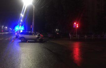 """Водитель BMW X5 проехал на """"красный"""" и протаранил Toyota в Твери"""