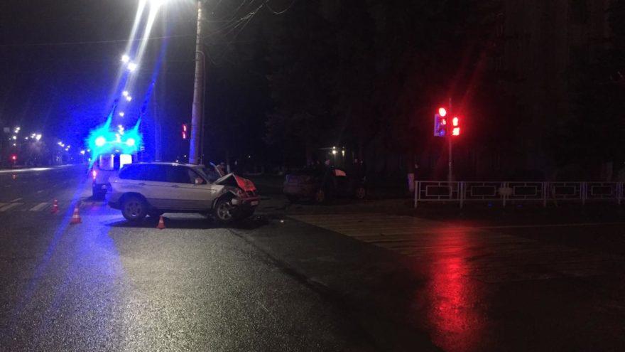 """Водитель BMW X5 проехал на """"красный"""" и протаранил Toyota в центре Твери"""