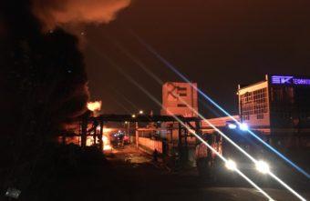 В Твери продолжают тушить крупный пожар, который случился ночью