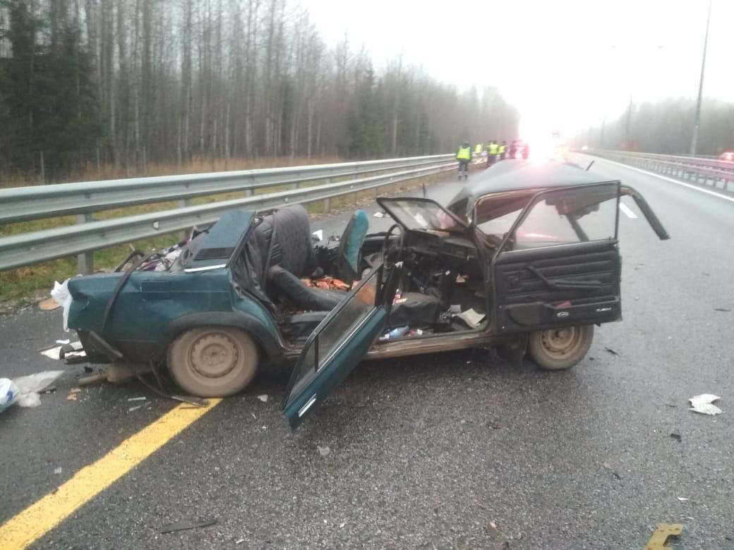На трассе в Тверской области людей зажало в машине после аварии