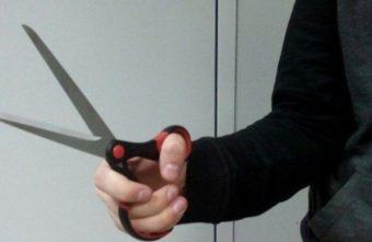 Житель Тверской области с ножницами напал на человека в общежитии