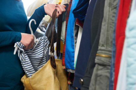 В Твери женщина надела магазинную куртку и ушла в ней