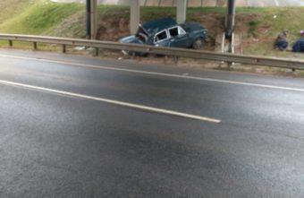 В Тверской области водитель врезался в опору моста