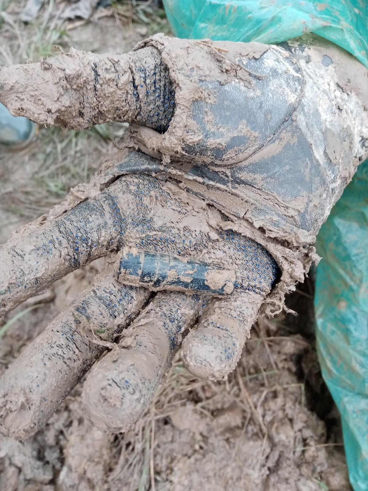 Поисковики нашли в яме под Зубцовом останки, обувь и медальоны