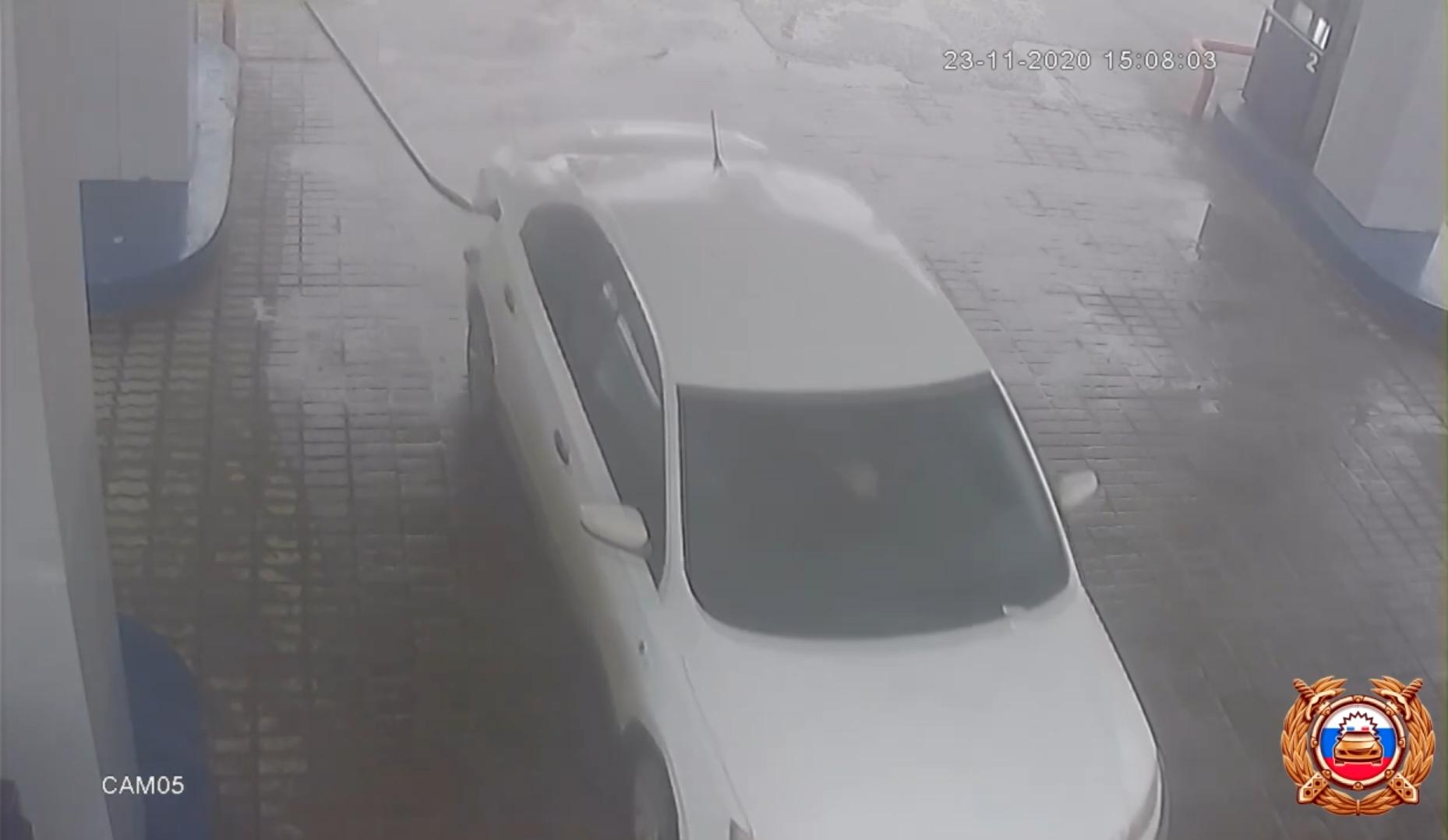 В Твери разыскали водителя, который вырвал колонку на АЗС