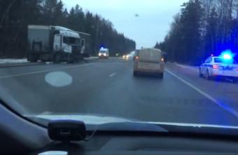 Внедорожник, самосвал и фура столкнулись на М-10 в Тверской области