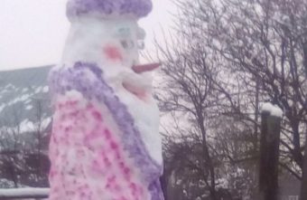 Школьник из Тверской области слепил двухметрового Деда Мороза в халате