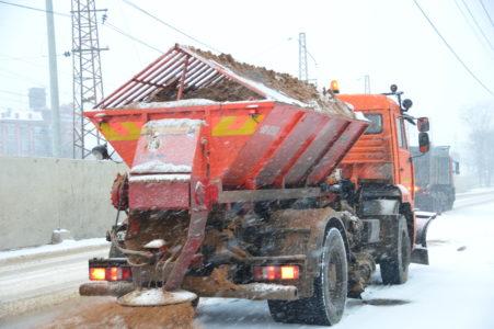 Тверские дороги в усиленном режиме чистят и поливают рассолом