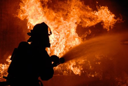 Под Тверью горит дом