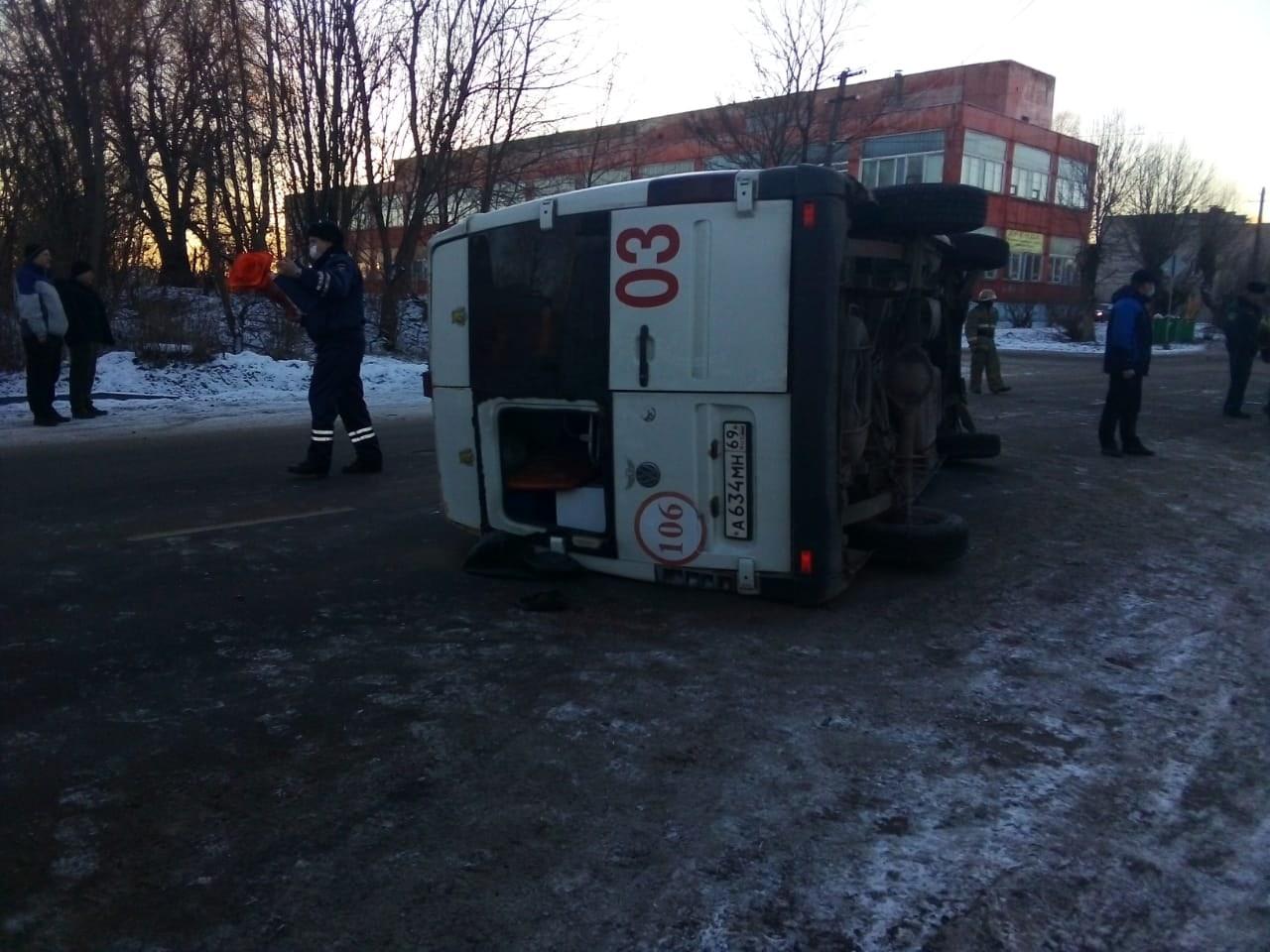 Машина скорой помощи перевернулась в Тверской области
